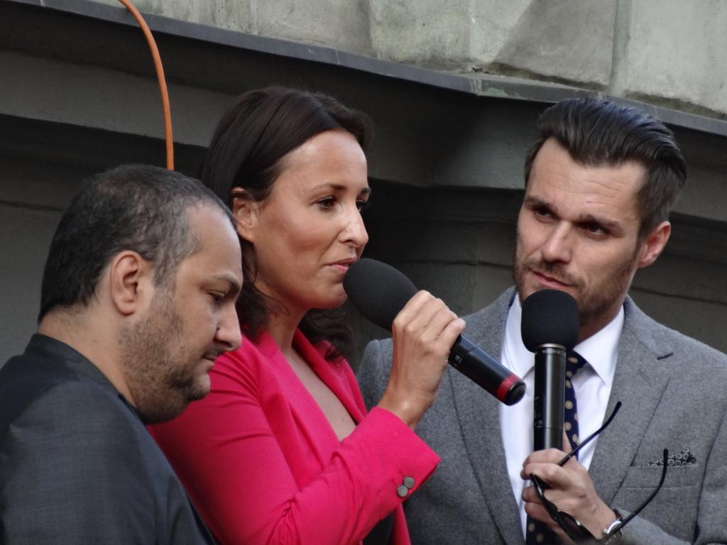 Patrik Hezucký, Lucie Šilhánová a Leoš Mareš před budovou rozhlasové společnosti Lagardére 25. 4. 2014