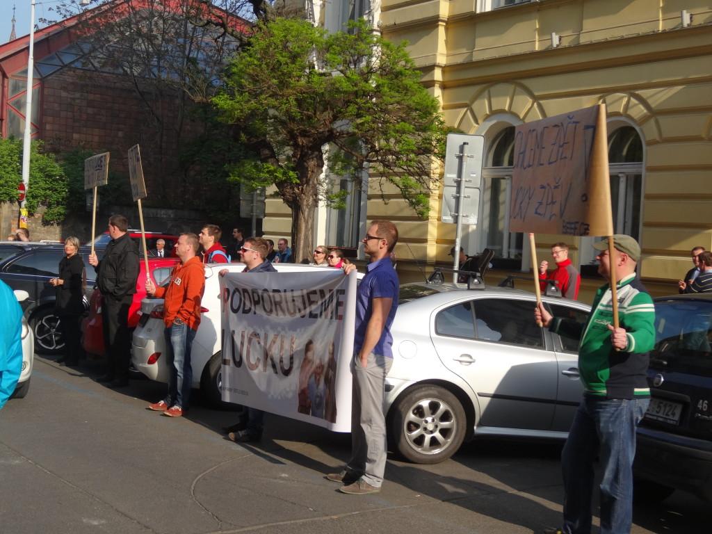 Shromáždění angažovaných posluchačů Evropy 2 ve Wenzigově ulici v Praze 25. 4. 2014