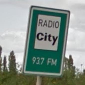 Radio City 93.7 FM. Informativní dopravní značka v Praze na Pankráci. Foto: Google.cz