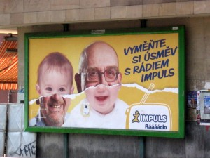 Takové příšery nemohou poslouchat nic jiného než příšerné rádio. Billboard Rádia Impuls, nádraží Praha - Smíchov.